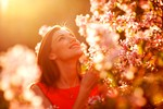 zenska-pomlad-cvetje-mir-tisina