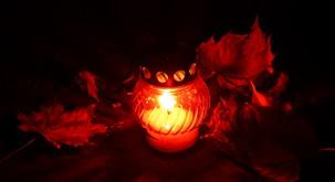 Bi prižgali letos svečo manj?