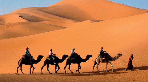 Izlet v puščavo na hrbtu kamel je za turiste vedno veliko doživetje. (foto: Arhiv revije Lisa - Čarovnija okusa)