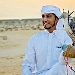 Domačini iz puščavske oaze ne poskrbijo le za pogostitev gostov, temveč jih tudi zabavajo, na primer z dresiranim orlom. (foto: Arhiv revije Lisa - Čarovnija okusa)