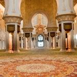 Ročno tkana preproga v mošeji prekriva 5.000 kvadratnih metrov. (foto: Arhiv revije Lisa - Čarovnija okusa)