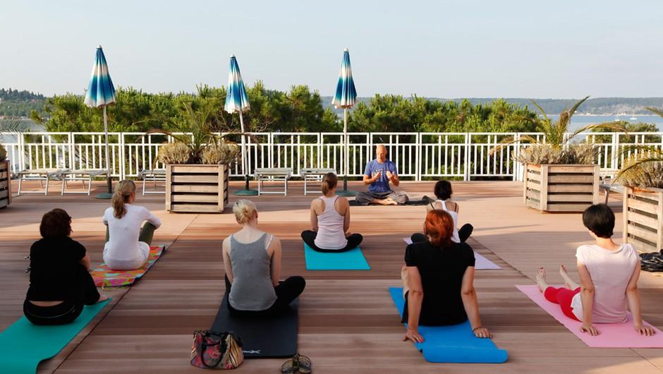 Jutranja delavnica joge z Robertom Honnom na terasi Grand hotela Portorož. (foto: Helena Kermelj)