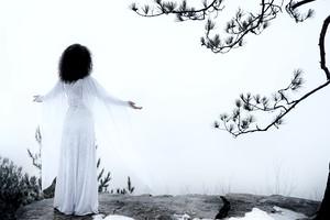 zenska-v-beli-obleki-zima