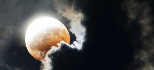 Kaj nam prinaša lunin mrk, polna luna in komet (11. februar)