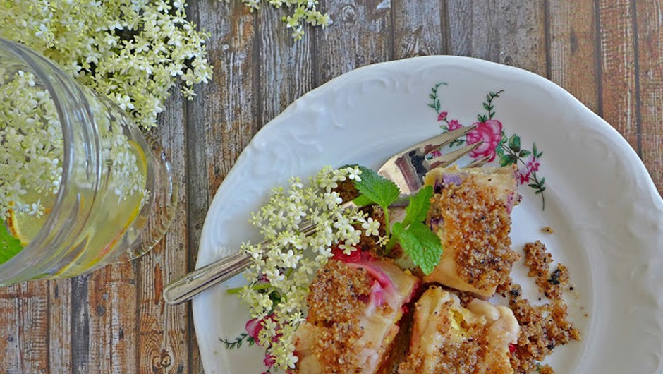 Recept: Štruklji z bezgovimi cvetovi in sadjem (foto: Jasmina Hrastovec)