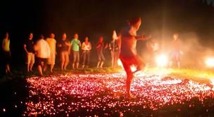 Ples po ognju: Let na krilih ognjene zavesti