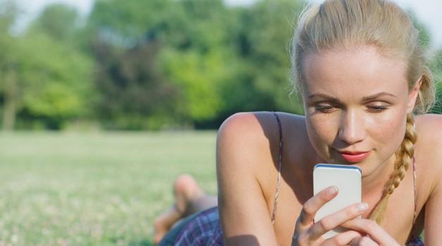 Preprosti nasveti, kako omiliti nenehno izpostavljenost sevanju mobilnih telefonov (foto: profimedia)