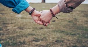 Držanje ljubljene osebe za roko lahko zmanjša bolečino