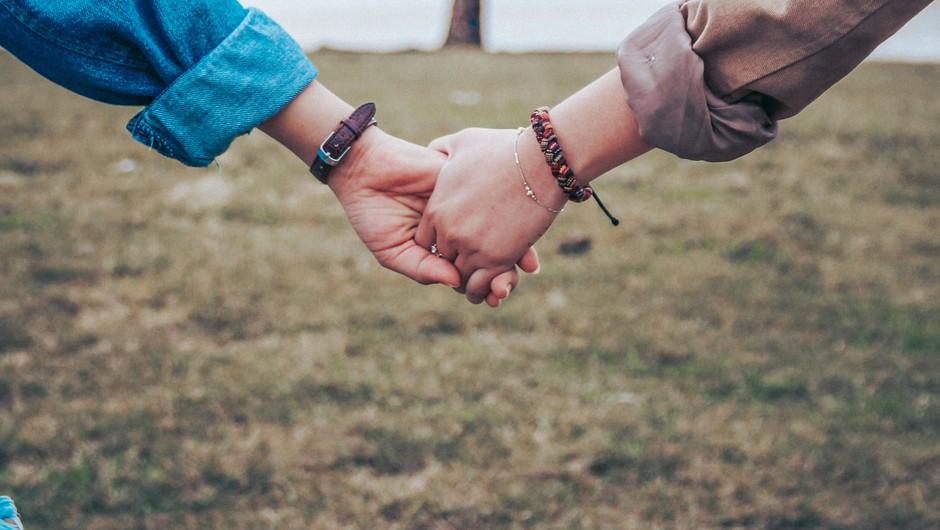 Držanje ljubljene osebe za roko lahko zmanjša bolečino (foto: unsplash)