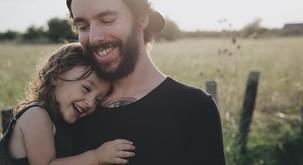 4 težave, ki jih doživljajo ljudje, ki so odraščali v manku ljubezni