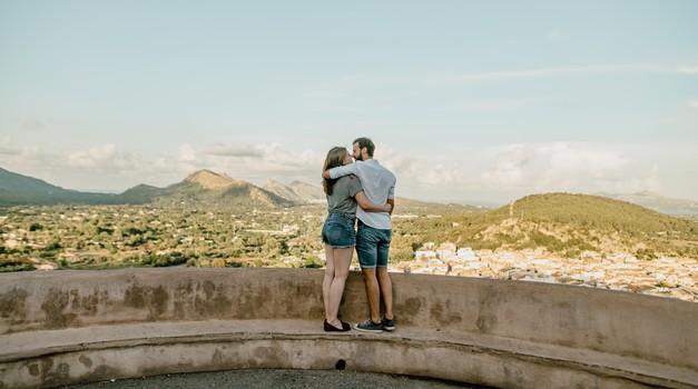 Ljubiti ljudi brezpogojno ne pomeni, da se strinjamo z njihovim početjem (foto: unsplash)