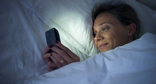 Znanstveno dokazano: uporaba Facebooka škoduje spancu