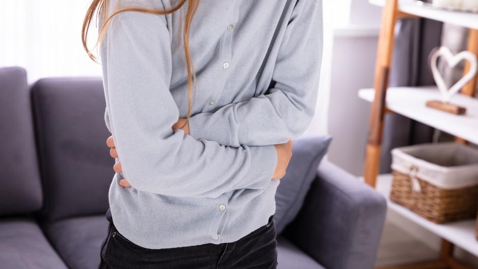 Če otroka boli trebuh, je lahko vzrok tudi anksioznost (foto: profimedia)