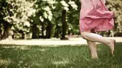 Bosa hoja po travi ali zdravilni stik s prstjo
